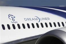 Самолет Boeing 787 Dreamliner компании All Nippon Airways (ANA) перед первым коммерческим полетом в аэропорту Нарита, 26 октября 2011 года. Самолет 787 Dreamliner от Boeing Co, созданный из композитных материалов, совершил в среду первый коммерческий рейс из Токио в Гонконг. REUTERS/Issei Kato