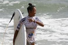 <p>China's Darci Liu is pictured after her heat at the Swatch Girls Pro China surfing competition in Wanning, Hainan Island October 26, 2011. REUTERS/Will Swanton</p>