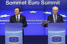 Председатель Европейской комиссии Жозе Мануэл Баррозу (слева) и председатель Европейского совета Херман Ван Ромпёй выступают на саммите в Брюсселе, 27 октября 2011 года. Лидеры еврозоны договорились с частными банками и страховщиками в четверг о списании 50 процентов инвестиций в гособлигации Греции, приняли решение увеличить вторую программу помощи до 130 миллиардов евро и согласовали повышение мощности европейского фонда спасения (EFSF) до 1,0 триллиона евро в попытке преодолеть долговой кризис региона.  REUTERS/Thierry Roge