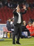 """Тренер """"Наполи"""" Вальтер Маццарри во время домашней игры против """"Удинезе"""", 26 октября 2011 года. Беспроигрышная серия """"Удинезе"""" прервалась в среду поражением в Неаполе со счетом 0-2. REUTERS/Ciro De Luca"""