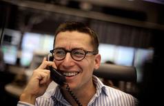 Трейдер разговаривает по телефону на бирже во Франкфурте-на-Майне, 12 октября 2011 года. Европейские рынки акций открылись резким ростом котировок после того, как лидеры еврозоны ночью договорились усилить Европейский фонд спасения (EFSF) и достигли соглашения с частными кредиторами о списании половины долгов Греции. REUTERS/Kai Pfaffenbach