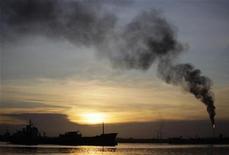 """Нефтяной танкер проходит мимо гаванского НПЗ """"Нико Лопес"""", 6 августа 2011 года. Цены на нефть растут, после того как лидерам Европы удалось договориться с частными кредиторами Греции. REUTERS/Desmond Boylan"""