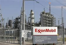 Вид на нефтеперерабатывающий завод Exxon Mobil в Техасе, 15 сентября 2008 г. Крупнейшая в мире публичная нефтяная компания Exxon Mobil увеличила прибыль на 41 процент в третьем квартале, превзойдя прогнозы аналитиков. REUTERS/Jessica Rinaldi