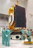 Инженеры работают над созданием космического спутника Star Oone C2 на заводе во Французской Гвиане, 5 апреля 2008 года. Туркмения поручила французскому аэрокосмическому и оборонному гиганту Thales сконструировать её первый космический спутник, следует из сообщения телеканала Turkmenistan-4. REUTERS/Handout/CNES/CSG