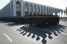 Солдаты внутренних войск Киргизии в строю в центре Бишкека 25 октября 2011. В воскресенье в Киргизии пройдут досрочные выборы президента первой в Центральной Азии хрупкой парламентской демократии, раздираемой противоречиями между севером и югом. REUTERS/Vladimir Pirogov