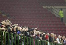 """Зрители наблюдают за матчем итальянской Серии А между """"Миланом"""" и """"Сампдорией"""", 25 февраля 2007 года. REUTERS/Alessandro Bianchi"""
