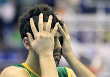 Vitor Benite lamenta derrota do Brasil para a República Dominicana no basquete.  REUTERS/Lucy Nicholson