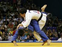 O brasileiro Felipe Kitadai vence Nabor Castillo, do México, nos Jogos Pan-Americanos de Guadalajara.   REUTERS/Jose Miguel Gomez