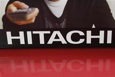 Логотип Hitachi в магазине компании в Токио, 4 августа 2011 года. Прибыль Hitachi Ltd во втором квартале 2011-2012 финансового года упала на 9 процентов из-за замедления спроса на энергетическое оборудование и электронику после катастрофического землетрясения и цунами в Японии. REUTERS/Kim Kyung-Hoon
