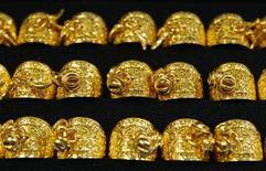 Золотые кольца в ювелирном магазине Сеула, 2 августа 2011 г. Цены на золото снижаются под давлением сильного доллара после того, как премьер-министр Греции шокировал финансовые рынки сообщением о планах вынесения на референдум программы спасения страны от долгового кризиса. REUTERS/Truth Leem