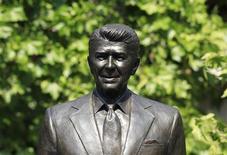 Cтатуя бывшего президента США Рональда Рейгана около американского посольства в Лондоне, 4 июля 2011 г. Если бы у американцев была возможность вернуть президента из прошлого, большинство из них проголосовали бы за республиканца вместо демократа, согласно опубликованным в понедельник результатам опроса, проведенного телешоу 60 Minutes и журналом Vanity Fair.