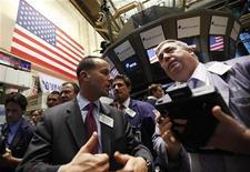 Трейдеры работают в торговом зале фондовой биржи в Нью-Йорке, 1 ноября 2011 года. Фондовые индексы США упали во вторник более чем на 2,5 процента, так как инвесторы были ошеломлены неожиданным решением властей Греции провести референдум по плану спасения страны, породившим рост опасений об углублении долгового кризиса еврозоны. REUTERS/Brendan McDermid