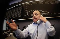 Трейдер ведет переговоры во время торговой сессии на бирже во Франкфурте-на-Майне, 1 ноября 2011 года. Европейские рынки акций открылись ростом в среду после резкого снижения в ходе предыдущей сессии благодаря надеждам, что итоги двухдневного заседания ФРС США принесут с собой новые меры стимулирования затухающей американской экономики.  REUTERS/Kai Pfaffenbach