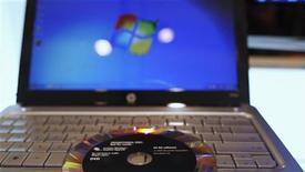 <p>Des pirates informatiques avaient exploité une faille jusqu'ici inconnue dans le système d'exploitation Windows pour infecter des ordinateurs avec le virus Duqu, selon Microsoft, qui s'inquiète d'y voir un virus semblable au très nocif Stuxnet. /Photo d'archives/REUTERS/Shannon Stapleton</p>