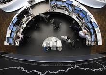 Трейдер работает в торговом зале Франкфуртской фондовой биржи, 2 ноября 2011 года. Европейские рынки акций открылись снижением котировок более чем на 1,5 процента после того, как лидеры Германии и Франции предупредили Грецию, что она не получит следующий транш финансовой помощи до тех пор, пока не определится, хочет ли она быть в составе еврозоны. REUTERS/Alex Domanski