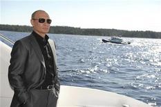 Премьер-министр России Владимир Путин стоит на борту катера,  плывущего к Валаамскому архипелагу в Карелии, 14 августа 2011 года. Снова метящий в президентское кресло премьер-министр России Владимир Путин очутился на втором месте в списке самых влиятельных людей 2011 года, составленном журналом Forbes. REUTERS/Alexsey Druginyn/RIA Novosti/Pool