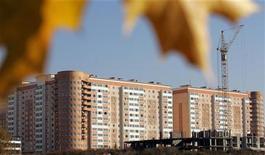 Строящиеся жилые дома в Москве, 1 октября 2005 года. Число сделок на рынке жилья в Москве в октябре начало снижаться, что, по мнению экспертов, не позволит достигнуть прошлогодних рекордов в 2011 году при незначительном росте цен. REUTERS/Alexander Natruskin