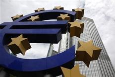 Знак евро перед зданием ЕЦБ во Франкфурте-на-Майне, 10 июня 2010 года. Европейский Центробанк в четверг снизил ставку рефинансирования до 1,25 процента годовых с 1,50 процента . REUTERS/Ralph Orlowski