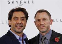Atores Daniel Craig e Javier Bardem (esq) na estreia do novo filme de James Bond, em Londres. James Bond está de volta nesta quinta-feira com o lançamento do 23o filme da famosa franquia e pretende se recuperar depois que a falência do estúdio deixou a produção parada durante meses e o último filme recebeu críticas divergentes. 03/11/2011 REUTERS/Luke MacGregor