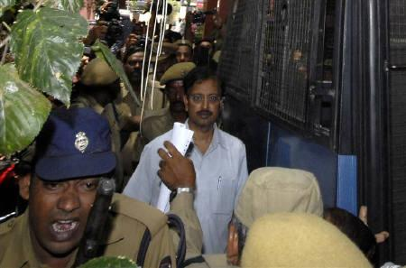 Ramalinga Raju (C), founder and former chairman of fraud-hit Satyam Computers, is escorted from a court in Hyderabad April 9, 2009. REUTERS/Krishnendu Halder/Files