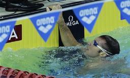 Australiano Ian Thorpe olha para os resultados após compeletar os 100 metros medley na Copa do Mundo de piscina curta, em Cingapura.  O pentacampeão olímpico terminou num decepcionante 7o lugar na final nesta sexta-feira, em seu primeiro dia de volta às competições após cinco anos de aposentadoria. 04/11/2011    REUTERS/Tim Chong