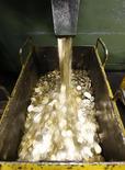 10-рублевые монеты на заводе в Санкт-Петербурге, 9 февраля 2010 года. Рубль подешевел в начале торгов понедельника по вине негативных настроений, преобладающих на рынках из-за сохранения проблем у периферийных стран еврозоны; однако высокие цены на нефть могут удерживать российскую валюту от более глубокого снижения. REUTERS/Alexander Demianchuk