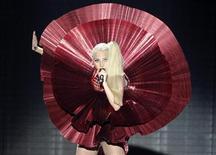 Леди Гага выступает на шоу MTV Europe Music Awards в Белфасте, 6 ноября 2011 г. Леди Гага вновь признана лучшей на шоу MTV Europe Music Awards в воскресенье в Белфасте, став лидером по количеству наград второй год подряд.REUTERS/Cathal McNaughton