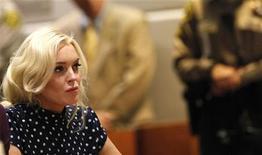 A atriz Lindsay Lohan em audiência em tribunal de Los Angeles, 2 de novembro de 2011. Lohan se apresentou à prisão no domingo para começar a cumprir pena por ter violado sua condicional. 02/11/2011  REUTERS/Mario Anzuoni