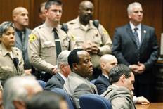 O doutor Conrad Murray (centro) escuta o veredicto do júri, que o condenou pelo homicídio culposo do cantor Michael Jackson, em Los Angeles, nos Estados Unidos. 07/11/2011 REUTERS/Al Seib/Pool