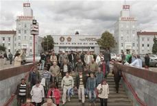 Люди спускаются в переход около тракторного завода в Минске, 15 сентября 2011 года. Правительство Белоруссии прогнозирует падение темпов экономического роста в 2012 году до 1,0-1,5 процента по сравнению с ростом на 7,6 процента в 2010 году. REUTERS/Vasily Fedosenko