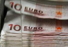 Банкноты евро в бельгийском Центральном банке в Брюсселе, 26 октября 2011 г. Евро торгуется к доллару чуть ниже уровня закрытия понедельника и вдали от максимума 27 октября - $1,4248 - из-за опасений по поводу Италии, одного из крупнейших долговых рынков Европы. REUTERS/Thierry Roge