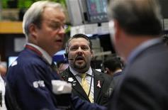 Трейдеры работают в торговом зале фондовой биржи в Нью-Йорке, 7 ноября 2011 года. Американские акции подорожали во вторник второй день подряд, так как вечерние новости из Европы об уходе в отставку премьер-министра Италии спровоцировали ралли в конце торговой сессии на Уолл-стрит. REUTERS/Brendan McDermid