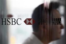 Мужчина проходит мимо логотипа банка HSBC в здании офиса в Гонконге, 8 сентября 2011 года. Падение прибыли крупнейшего банка Европы HSBC Holdings в третьем квартале оказалось сильнее ожиданий из-за снижения прибыли от инвестиционного бизнеса и роста неработающих кредитов в США. REUTERS/Tyrone Siu