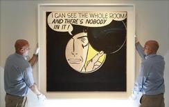 """Работники аукционного дома Christie's держат работу Роя Лихтенштейна """"Я вижу всю комнату... Но в ней никого нет!"""", 7 октября 2011 года. Ранняя работа американского художника Роя Лихтенштейна была продана за рекордные $43,2 миллиона на аукционе Christie's во вторник. REUTERS/Suzanne Plunkett"""