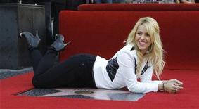 Певица Шакира позирует, лежа на своей звезде на Аллее славы в Голливуде 8 ноября 2011 года. Колумбийская певица Шакира стала первой представительницей своей страны, удостоившейся звезды на Аллее славы в Голливуде. REUTERS/Mario Anzuoni