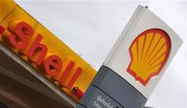 """АЗС Shell в Лондоне, 31 января 2008 года. Крупнейшая европейская нефтяная компания Royal Dutch Shell надеется, что совместные проекты с российским Газпромом и его нефтяной """"дочкой"""" Газпромнефтью стартуют в следующем году. REUTERS/Toby Melville"""