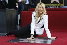 Cantora colombiana Shakira posa depois de receber sua estrela na Calçada da Fama de Hollywood. 08/11/2011 REUTERS/Mario Anzuoni