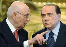 Президент Италии Джорджо Наполитано и премьер Сильвио Берлускони беседуют в Риме 8 мая 2008.Наполитано пообещал в среду, что в стране скоро либо будет сформировано новое правительство, либо пройдут выборы - после того, как будет принят закон о финансовой реформе и премьер Сильвио Берлускони уйдет в отставку. REUTERS/Chris Helgren