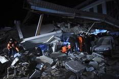 Спасатели ищут выживших после землетрясения под завалами обрушившегося здания в Ване, 9 ноября 2011 года. Как минимум пять человек погибли, десятки остаются под завалами после очередного сильного землетрясения в Турции, сообщило турецкое телевидение. REUTERS/Evrim Aydin/Anadolu Agency