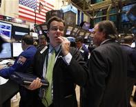 Трейдеры работают в торговом зале фондовой биржи на Уолл-стрит, 9 ноября 2011 года. Фондовые индексы США упали на 3,5 процента в среду, показав худший день с середины августа из- за скачка доходности по гособлигациям Италии, отправившего третью экономику еврозоны на грань долгового кризиса, угрожающего развалом Евросоюза. REUTERS/Brendan McDermid
