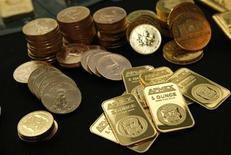 Золотые слитки и монеты на Американской бирже драгоценных металлов (APMEX), 15 сентября 2011 г. Британская Polyus Gold International Limited потратит почти 14 миллиардов рублей на выкуп 3,86 процента акций у миноритариев российского Полюс Золото. REUTERS/Mike Segar