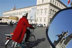 <p>A man cycles past the Quirinale Palace in downtown Rome November 10, 2011. REUTERS/Tony Gentile</p>