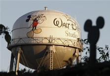 Водонапорная башня с логотипом Walt Disney около здания офиса компании в штате Калифорния, 7 февраля 2011 года. Walt Disney Co обнародовала в четверг превысившие ожидания рынка квартальные результаты благодаря росту расходов рекламодателей на кабельных каналах и по-прежнему высокой, несмотря на слабость экономики, посещаемости парков развлечений. REUTERS/Fred Prouser
