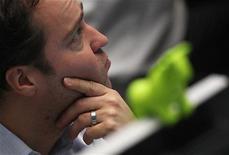 Трейдер Франкфуртской фондовой биржи следит за ходом торгов, 9 ноября 2011 года. Европейские рынки акций закрылись снижением на фоне вновь усилившихся опасений о том, что долговой кризис Европы, длящийся около двух лет, может поглотить Италию. REUTERS/Alex Domanski