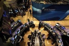 Трейдеры работают в торговом зале фондовой биржи на Уолл-стрит в Нью-Йорке, 8 августа 2011 года. Американские акции выросли в четверг после снижения среды, так как инвесторов воодушевили позитивные корпоративные результаты и отсутствие явного ухудшения ситуации в Европе. REUTERS/Brendan McDermid