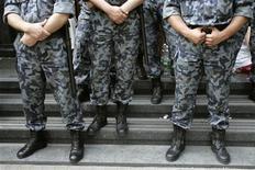 Офицеры полиции стоят около офиса прокурора в Киеве, 24 мая 2007 года. Треть украинцев воспринимают случайную ночную встречу с милиционером как фактор опасности и только 21 процент видят в работнике МВД гарантию своей безопасности, свидетельствуют данные социологического опроса, проведенного Центром имени Разумкова. REUTERS/Gleb Garanich