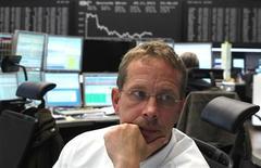 Трейдер следит за ходом торгов на бирже во Франкфурте-на-Майне, 9 ноября 2011 года. Европейские рынки акций открылись незначительным ростом, сразу после чего ушли в небольшой минус, отыгрывая укрепление на Уолл-стрит вместе с опасениями инвесторов о развитии событий долгового кризиса еврозоны. REUTERS/Alex Domanski