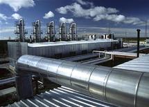Завод второго по уровню добычи российского производителя газа Новатека в Ямало-Ненецком автономном округе 22 сентября 2004 года. Второй по уровню добычи российский производитель газа Новатэк сократил чистую прибыль, относящуюся к акционерам, в третьем квартале 2011 года на 16,8 процента к тому же периоду 2010 года до 8,406 миллиарда рублей, следует из отчета компании по стандартам IFRS. REUTERS/Novatek Press Service/Handout  THI