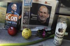 """Вещи, оставленные возле магазина Apple в Нью-Йорке в память о Стиве Джобсе, 6 октября 2011 года. Словосочетания """"арабская весна"""" (""""Arab Spring"""") и """"королевская свадьба"""" (""""Royal Wedding"""") были самыми распространенными фразами в медиапространстве в 2011 году, а самым упоминаемым именем стало имя Стива Джобса, согласно глобальному исследованию английского языка. REUTERS/Lucas Jackson"""