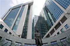 Штаб-квартира Сбербанка в Москве. Фотография сделана 15 июля 2011 года. Переоценка портфеля ценных бумаг не скажется на чистой прибыли Сбербанка за третий квартал 2011 года, рассчитанной по международным стандартам. REUTERS/Denis Sinyakov